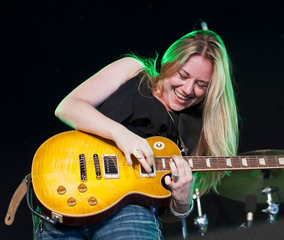 Joanne Shaw Taylor rockin' the Gibson Les Paul!